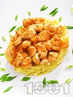 Пържени пилешки хапки с кимион и бяло вино върху картофено пюре - снимка на рецептата